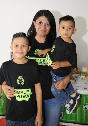 06112016 CELEBRA 9 AñOS DE VIDA.  Alex Hernández González con su mamá, Anais González, y su hermano, Matías.