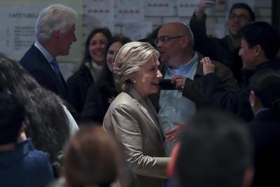Los Clinton emitieron su voto en las primeras horas de la jornada electoral.