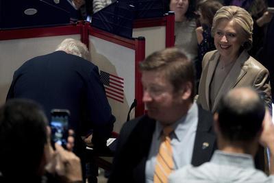"""Hillary añadió que votar """"infunde un sentimiento de gran humildad"""" porque """"mucha gente cuenta con el resultado de esta elección""""."""