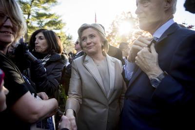 Entre apretones de manos y abrazos de parte de otros votantes, los Clinton emitieron sus sufragios poco antes de las 08:00 de la mañana en la comunidad donde radican.