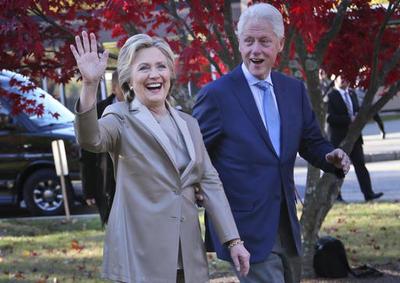 La exsecretaria de Estado llegó acompañada de su esposo, el expresidente Bill Clinton a un centro de votación de Chappaqua, Nueva York.