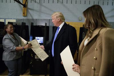 Donald Trump ejerció su derecho a votar en la jornada electoral por la que compite.