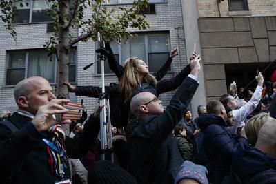 El magnate votó en Midtown Manhattan, en una casilla donde minutos antes mujeres sin ropa habían protestado y donde a su llegada, fue recibido entre abucheos de quienes se encontraban presentes.
