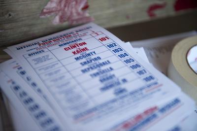 Una papeleta con las instrucciones para votar a la candidata Hillary Clinton.