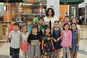 09112016 Alejandra Peña con sus alumnos.