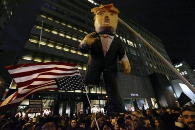 Una piñata gigante de Donald Trump fue destruida como protesta por las elecciones de Estados Unidos.