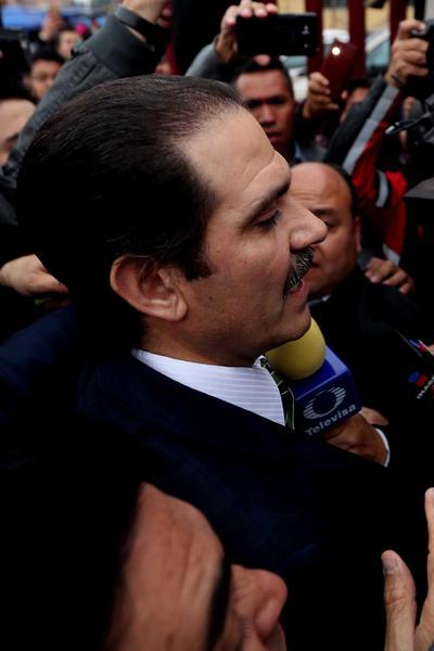 Guillermo Padrés llegó al juzgado generando un tumulto mediático.