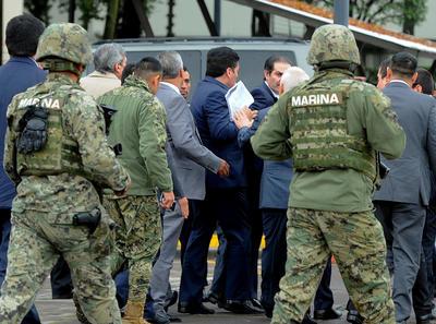 Afuera del Reclusorio Oriente, personal armado esperaba a que el juez emitiera su fallo para retirarse.