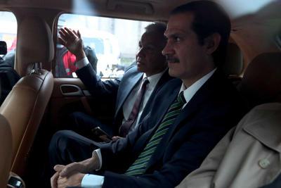 Padrés salió de la rediodifusora ante un enorme revuelo mediático, escoltado por varios elementos de la Marina y junto a su abogado Antonio Lozano, fiscal general entre 1994 y 1996.