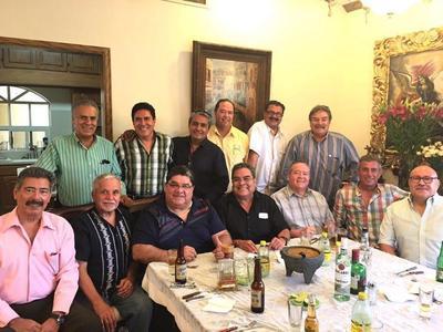 10112016 El Padre Gerardo Zatarain con sus doce amigos en pasada reunión.