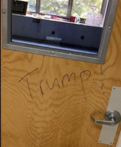 """En Nueva York, en la NYU Tandon School of Engineering, un grupo de alumnos escribió """"Trump"""" en la puerta del salón de oración de un grupo de estudiantes musulmanes."""