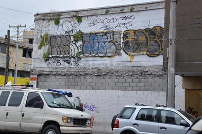 Edificios lucen los efectos del vandalismo.