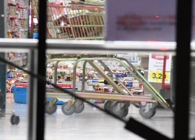 Los productos de las tiendas de conveniencia terminaron en el suelo ante el movimiento telúrico.