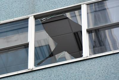 Vidrios de edificios se vieron dañados por el terremoto.