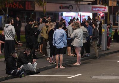 En Wellington, el servicio de trenes fue suspendido y las actividades en el aeropuerto también pero de manera temporal, según reportes del diario neocelandés Stuff.