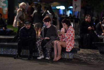 El terremoto de 7.8 grados ocurrió a las 23:02 horas locales (11:02 GMT) a 53 kilómetros al noreste de Amberley y a 93 kilómetros al norte de la ciudad de Christchurch, en la Isla Sur de Nueva Zelanda, a una profundidad de 10 kilómetros, según el Servicio Geológico de Estados Unidos.
