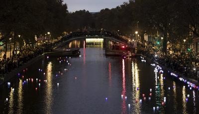 En el Canal Saint-Martin corrieron flores y velas iluminando con los colores de Francia.