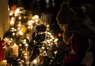Familiares y amigos dejaron veladoras a quienes perdieron la vida.