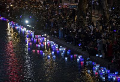 Los colores de la bandera de Francia iluminaron el Canal Saint-Martin en conmemoración a los atentados al Bataclán en 2015.