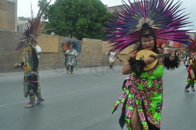 El colorido de los grupos danzantes se hizo presente.