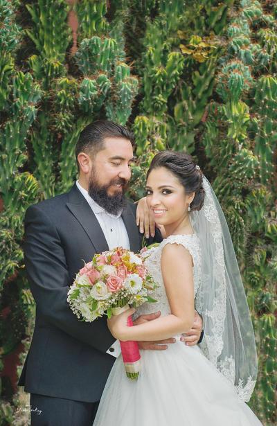 13112016 Unieron sus vidas en sagrado matrimonio la pareja conformada por Javier Nava de la Torre y Mary Gaby Pérez Zorrilla el pasado 22 de octubre en la Parroquia Los Ángeles. Claudia Santiago Fotografía.