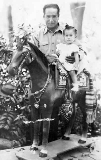 13112016 Sr. Alberto Salas Castillo con su hija, Ana María Salas Hernández, en 1949.