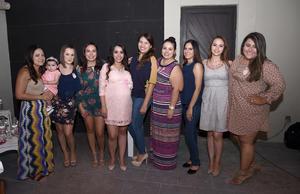 13112016 A PUNTO DE SER MAMá.  Yerelin Galarza con sus amigas Fany, Daniela, Erika, Elena, Nora, Susana, Andrea y Karla, en su baby shower.