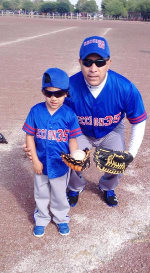 13112016 DEPORTISTAS.  Erik Javier en compañía de su abuelo, Javier Cordero Salazar.