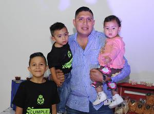 13112016 CUMPLE 9 AñOS.  Alexis con su papá, Víctor Hernández Reyes, y sus hermanos, Matías y Victoria.