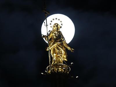 Italia. Tras la imagen de la virgen María en Milán.