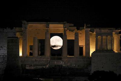 Grecia. En medio de las columnas de la entrada de la Acrópolis, en Atenas.