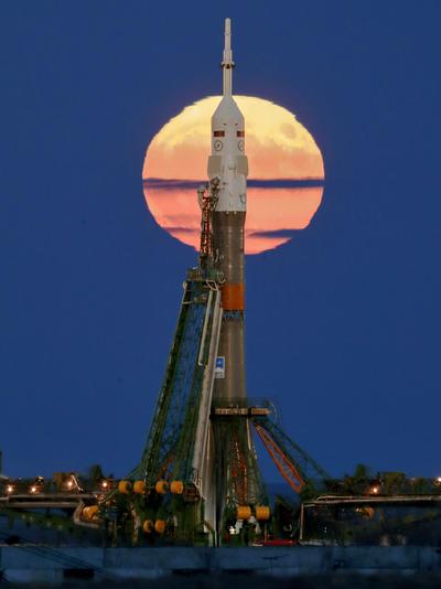 Kazajistán. Tras el cohete y la nave Soyuz rusos.