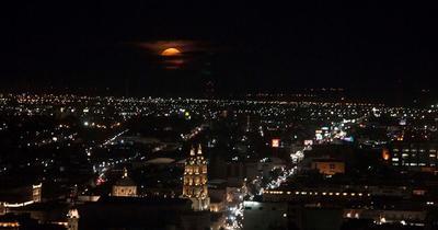 """Fotografía de Eduardo Meraz de la """"Superluna"""" en Durango."""