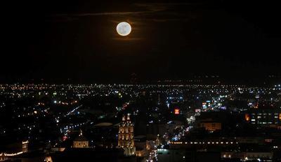 """Así iluminó la """"Superluna"""" a la capital duranguense."""