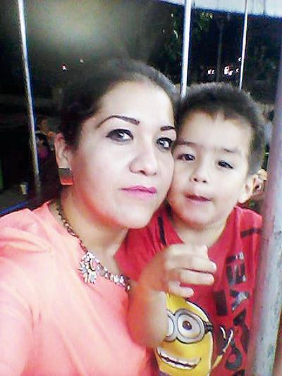 17112016 Alejandra con su hijo, Paquito.