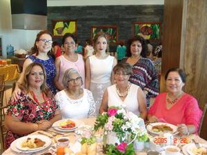 17112016 ACOMPAñAN A PAULINA.  Tere, Paty, Aracely,  Hilda, Hortensia, Dora y Lety, en la despedida de soltera de Paulina González.