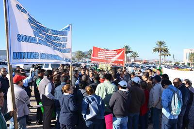 Utilizando pancartas y lonas, expresaron su apoyo a la obra de modernización del transporte, sólo que, demandan transparencia.