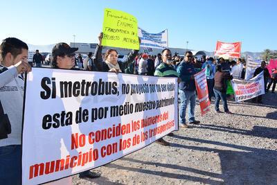 Una hora antes de que iniciara el evento de la puesta en marcha la obra de la ruta troncal o Línea 1 del Metrobús Laguna, organizaciones transportistas realizaron una manifestación.