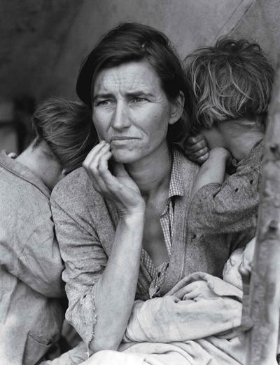 Aparece también la imagen de una madre migrante por Dorothea Lange.