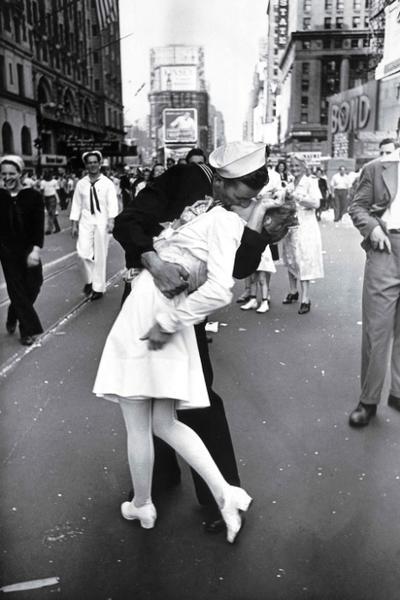 Entre las 100 escogidas está la del famoso beso en Times Square al final de la II Guerra Mundial, tomada por Alfred Eisenstaedt.
