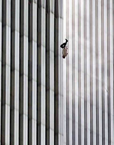 """En la selección aparece """"Falling Man"""", imagen de un hombre que cae de cabeza de una de las Torres Gemelas el 11 de septiembre del 2001 y que fue tomada por Richard Drew, de The Associated Press. Gracias a esta foto ganó un premio Pulitzer."""