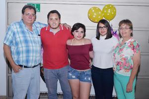 18112016 CELEBRA SU CUMPLEAñOS.  Dafne cumplió quince años de vida por lo que fue festejada con una agradable fiesta, en la fotografía la acompañan, Alejandro, Alejandro, Arlin y Claudia.