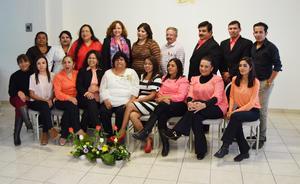 21112016 SE JUBILA.  Compañeros de trabajo de la maestra Patricia Gabriela Martínez Herrera, quien desde el primero de noviembre se jubiló.