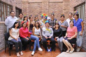21112016 FESTEJA SU CUMPLEAñOS.  Alberto Ledezma acompañado de alumnos de conocido plantel educativo de la región.
