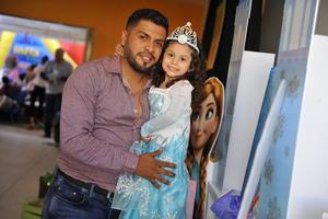 21112016 COMO UNA PRINCESITA.  Margoth Rodríguez  celebró su tercer aniversario de vida. En la imagen, la acompaña su papá, César Rodríguez.