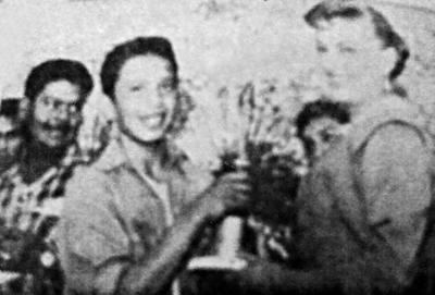 20112016 Jesús Sotomayor Garza, capitán del cuarteto de alumnos que participaron en la carrera chusca dentro de las festividades del Festival de Torreón en 1957. Recibe el trofeo de primer lugar de parte de Chela Reyna, reina del carnaval.