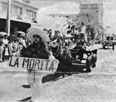 """20112016 Desfile en 1982 representando a la Alberca """"Esparza"""", la Sra. Panchita Mora y la Sra. Marichayo Torres."""