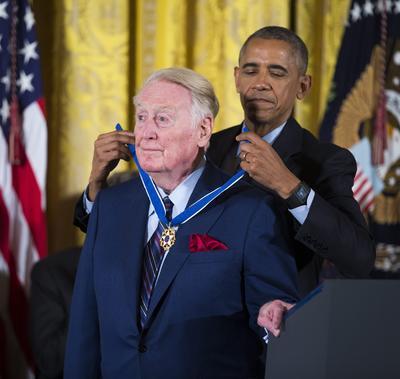 El locutor Vin Scully durante la ceremonia de entrega de la Medalla de la Libertad.
