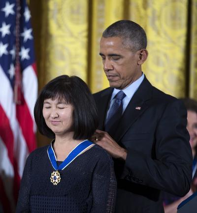 La artista y diseñadora Maya también fue condecorada por Obama.