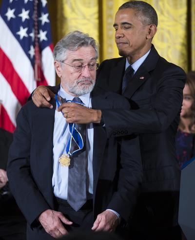 Robert De Niro recibiendo la medalla de manos del presidente.